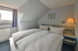 Doppelbett im Appartment Norderoog von Meyenburg & Gerds Höft